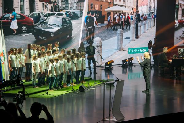 Ucenci OS Poljane na velikem odru v dvorani Stozice Foto Doris Kordic